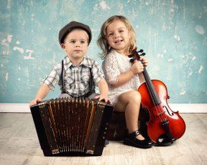 lachende Kinder mit Musikinstrumenten - Retro Style